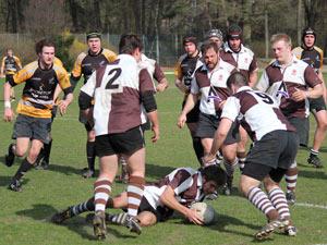 Rugbyspieler am Bodem mit Ball