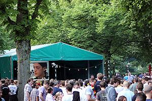 Leinwand fürs Public Viewing im Hamburger Biergarten