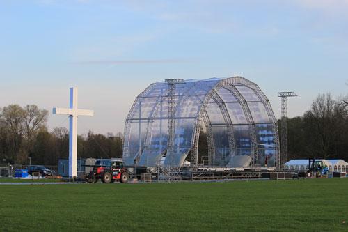 Im Aufbau befindliche Bühne des Kirchentages, Stand: 28.04.2013, 19:30 Uhr