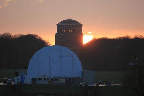 Bühne vom Kirchentag im Stadtpark während des Sonnenuntergangs
