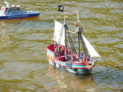 Wasserschutzpolizei und Piratenschiff auf dem Modellbootbecken
