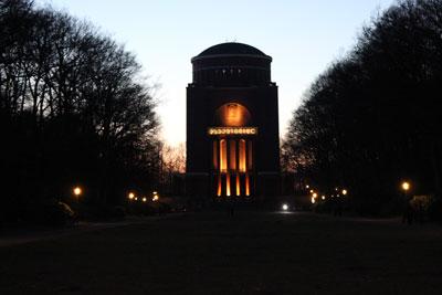 beleuchtetes Planetarium am Abend
