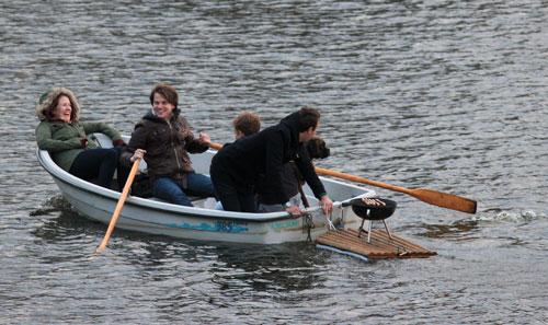Grillen mit Ruderboot und Floss auf dem Stadtparksee