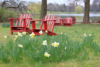 Rote Adirondack Stühle auf der Liebesinsel im Stadtpark.
