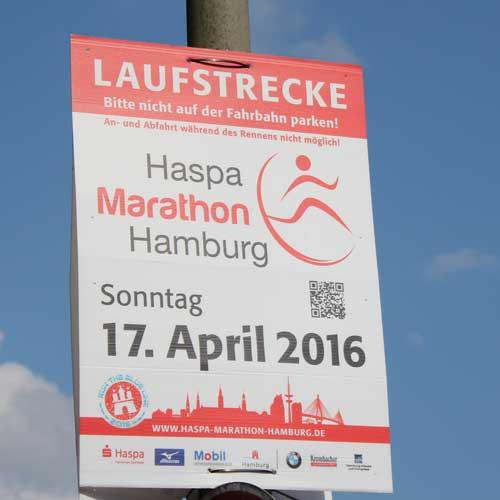 Plakat als Kennzeichnung der Marathon-Laufstrecke